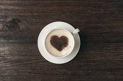 Koffiekop met hartvorm op donkere achtergrond Stock Afbeeldingen