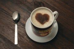 Koffiekop met hartvorm op donkere achtergrond Stock Foto's