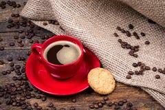 Koffiekop met koekje en jutetextiel Royalty-vrije Stock Foto