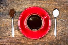Koffiekop met koffie en suiker gevulde lepels Royalty-vrije Stock Fotografie
