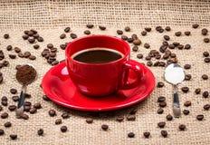 Koffiekop met koffie en suiker gevulde lepels Royalty-vrije Stock Afbeeldingen