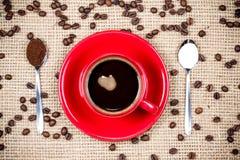 Koffiekop met koffie en suikerlepels op jutetextiel Royalty-vrije Stock Afbeeldingen