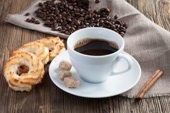 Koffiekop met kokosnotenkoekjes, kaneel en rietsuiker Stock Afbeeldingen