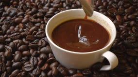 Koffiekop met lepel en koffiebonen stock video
