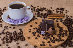 Koffiekop met lilac en houten plaat Royalty-vrije Stock Foto's