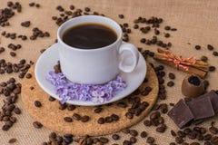 Koffiekop met lilac en houten plaat Royalty-vrije Stock Foto