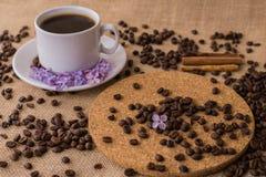 Koffiekop met lilac en houten plaat Royalty-vrije Stock Afbeelding