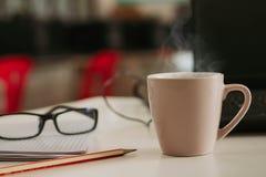 Koffiekop met pijpje kaneel op houten lijst stock afbeelding