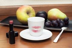 Koffiekop met rode lippenstift Stock Foto's
