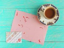 Koffiekop met roze met de hand gemaakt document en envelop met rozen Stock Fotografie