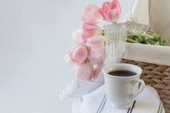 koffiekop met roze tulpen stock afbeeldingen