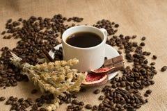 Koffiekop met ruwe bonen op jute Royalty-vrije Stock Afbeelding
