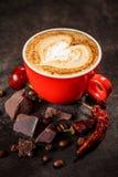 Koffiekop met Spaanse peperpeper en chocolade royalty-vrije stock foto's