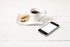 Koffiekop met wafeltje en telefoon royalty-vrije stock foto's