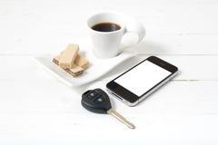 Koffiekop met wafeltje, telefoon, autosleutel stock fotografie