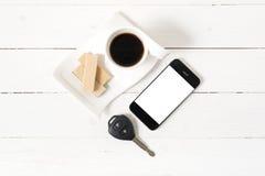 Koffiekop met wafeltje, telefoon, autosleutel royalty-vrije stock fotografie