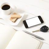 Koffiekop met wafeltje, telefoon, autosleutel, notitieboekje stock foto