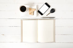 Koffiekop met wafeltje, telefoon, autosleutel, notitieboekje royalty-vrije stock fotografie