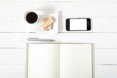 Koffiekop met wafeltje, telefoon, notitieboekje royalty-vrije stock afbeeldingen