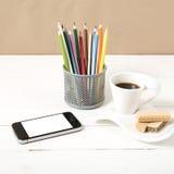 Koffiekop met wafeltje, telefoon, potlooddoos royalty-vrije stock afbeeldingen
