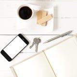 Koffiekop met wafeltje, telefoon, sleutel, notitieboekje stock foto's