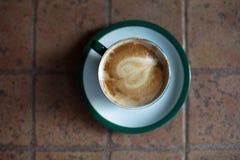 Koffiekop op ceramische lijst royalty-vrije stock foto