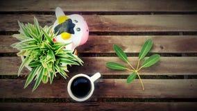 Koffiekop op de houten lijstachtergrond Stock Afbeeldingen