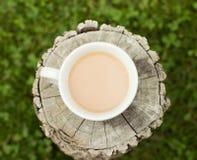 Koffiekop op doorstaan logboek Royalty-vrije Stock Fotografie
