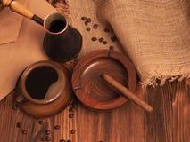 Koffiekop op een houten backgound Stock Afbeeldingen