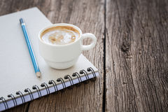 Koffiekop op het boek Stock Foto
