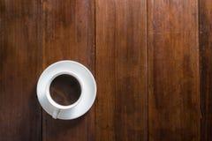 Koffiekop op houten achtergrond, hoogste mening Royalty-vrije Stock Afbeeldingen