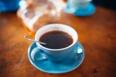 Koffiekop op houten lijst in koffie royalty-vrije stock foto