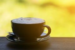 Koffiekop op Houten Lijst in Ochtend met Vage Achtergrond stock afbeelding