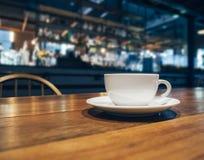 Koffiekop op lijst op de Koffieachtergrond van het Barrestaurant Royalty-vrije Stock Fotografie