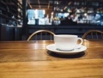 Koffiekop op lijst op de Koffieachtergrond van het Barrestaurant Stock Afbeeldingen