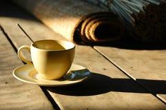 Koffiekop op rustieke lijst Stock Foto