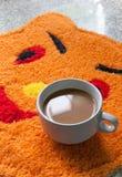 Koffiekop op tapijt Royalty-vrije Stock Foto
