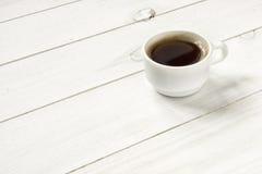 Koffiekop op Witte Houten Lijst Stock Fotografie