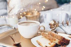Koffiekop over koud dienblad royalty-vrije stock fotografie
