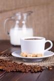 Koffiekop, room, koffiebonen en rietsuiker Stock Foto