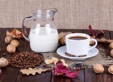 Koffiekop, room, koffiebonen en rietsuiker Stock Afbeeldingen