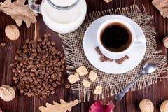 Koffiekop, room, koffiebonen en rietsuiker Royalty-vrije Stock Afbeeldingen