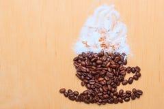 Koffiekop van geroosterde bonen wordt gemaakt die royalty-vrije stock fotografie