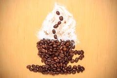 Koffiekop van geroosterde bonen wordt gemaakt die stock fotografie