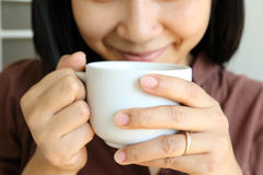 Koffiekop in vrouwenhand Royalty-vrije Stock Foto
