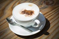Koffiekop in zonneschijn royalty-vrije stock afbeelding