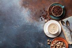 Koffiekoppen, bonen en suiker stock foto's