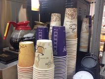 Koffiekoppen in delicatessenwinkel Stock Foto's