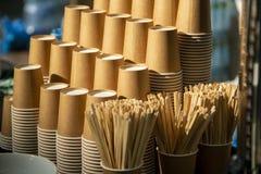 Koffiekoppen in een stapel worden gestapeld die Stock Foto