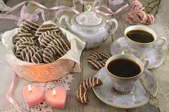 Koffiekoppen met koekjes en kaarsen Royalty-vrije Stock Foto